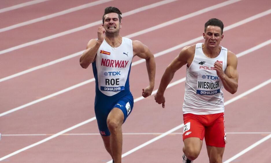 Tikjemper Martin Roe under 100-meteren i 10-kampøvelsen i VM i Doha onsdag. Pawel Wiesiolek fra Polen til høyre. Foto: Lise Åserud / NTB scanpix.