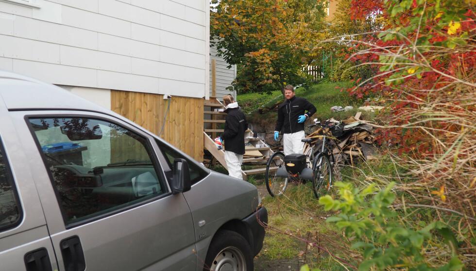 To kriminalteknikere gjør undersøkelser ved huset på Borkenes i Kvæfjord der en død person ble funnet død mandag. Foto: Håkon Wikan / NTB scanpix