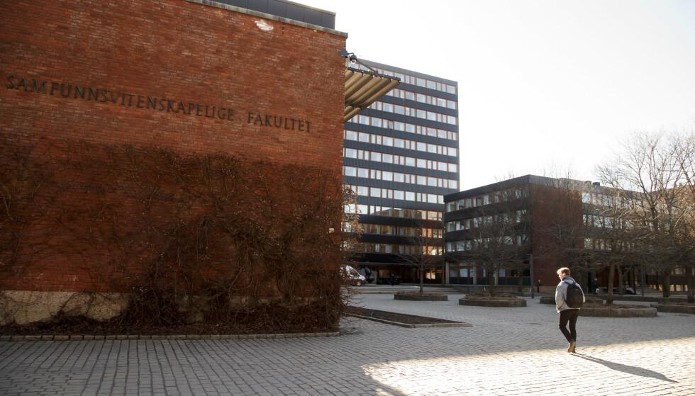 En student på vandring mellom bygningene på Blindern i Oslo. Nå får studentene mer penger. Foto: Heiko Junge / NTB scanpix.