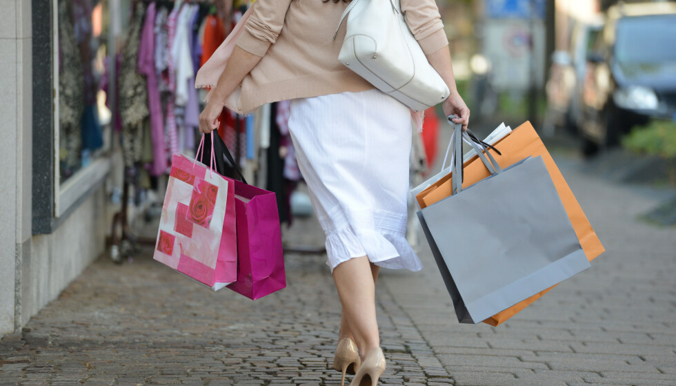 Det kan bli billigere å handle klær i utenlandske nettbutikker, etter endringer lagt fram i statsbudsjettet for 2020. Både Virke og NHO er kritiske. Foto: Frank May / NTB scanpix