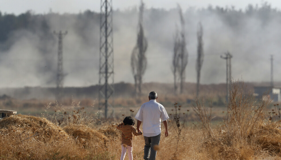 Ifølge hjelpeorganisasjonen International Rescue Committee er 64.000 mennesker drevet på flukt siden den tyrkiske militæroffensiven mot Nord-Syria startet. Foto: AP / NTB scanpix