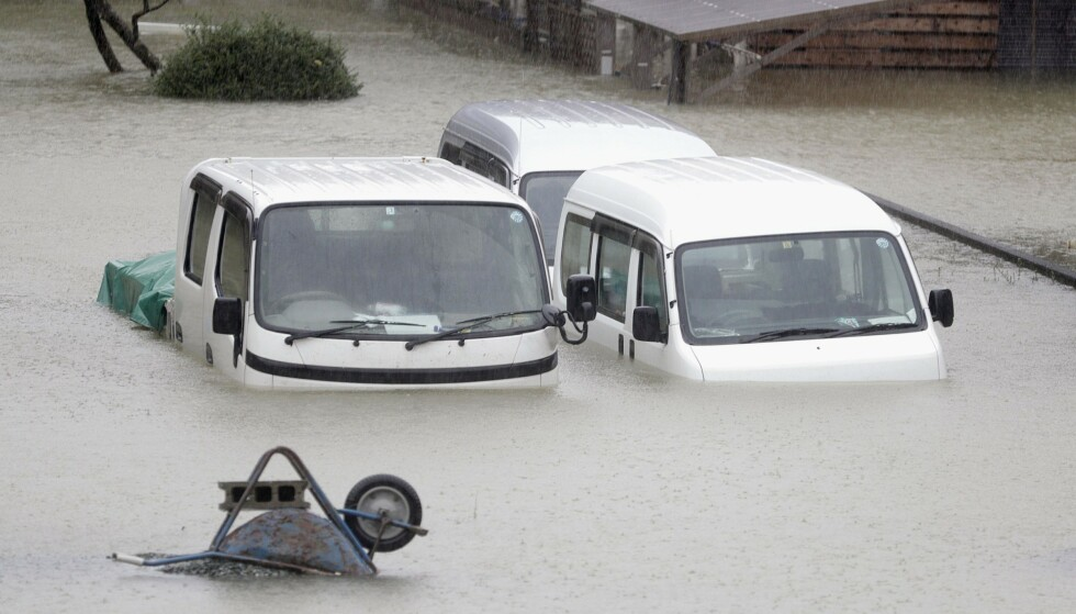 Heftig regnvær satte veier under vann, og elver gikk over sine bredder, da tyfonen Hagibis raste over Japans hovedstad Tokyo lørdag. Foto: Kyodo News/AP/NTB scanpix