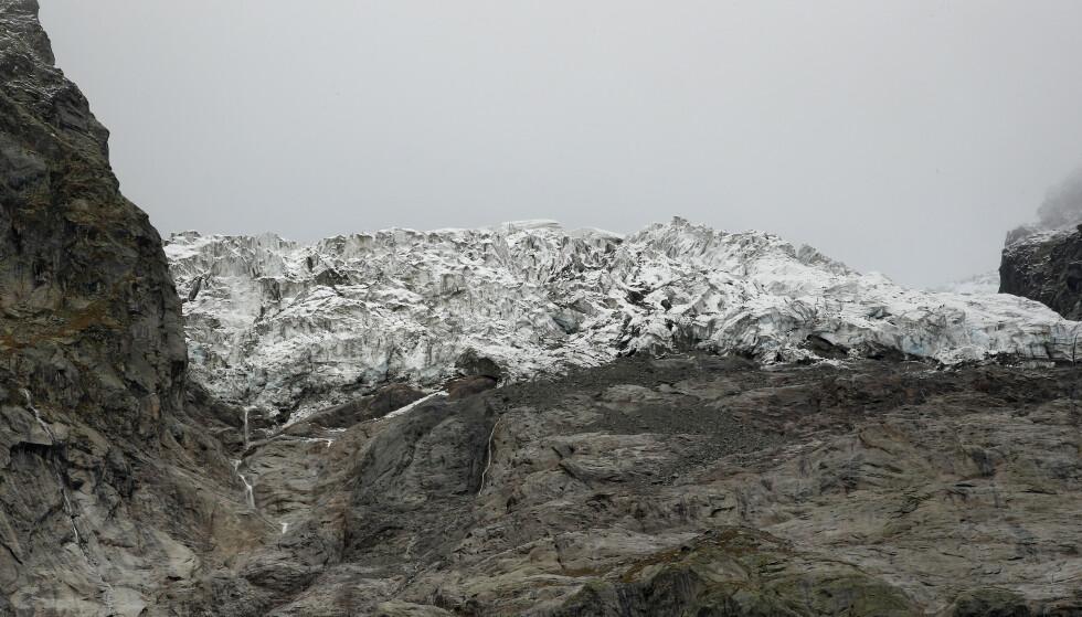 En isbre ved Mont Blanc i Alpene. Etter årets varme sommer har 2 prosent av Sveits' isbrevolum smeltet bort. Foto: Antonio Calanni / AP / NTB scanpix