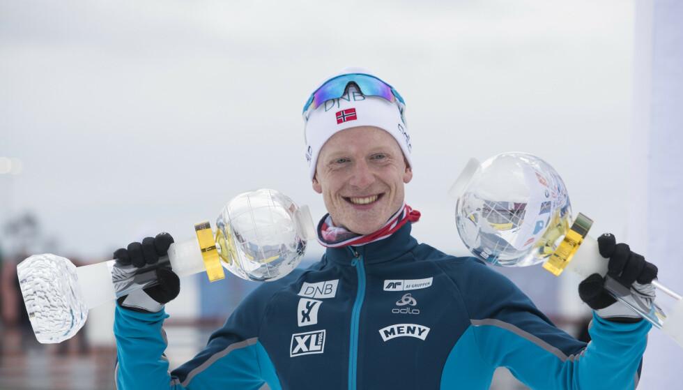 Johannes Thingnes Bø håver inn pokaler både for sportslige resultater og for rettferdig opptreden. Foto: Terje Bendiksby / NTB scanpix