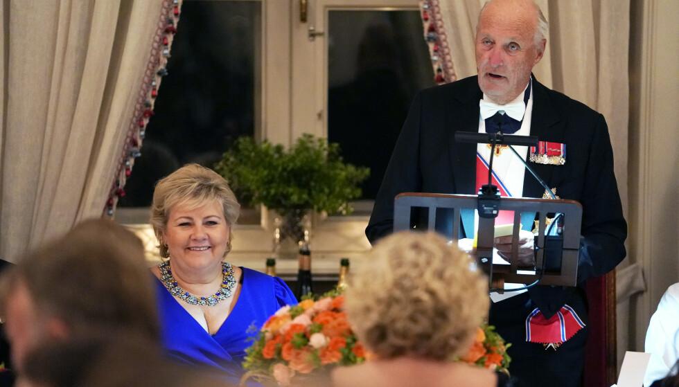 Kong Harald holdt tale under gallamiddagen for stortingsrepresentanter på Slottet. Kongen hadde statsminister Erna Solberg til bords. Foto: Heiko Junge / NTB scanpix.