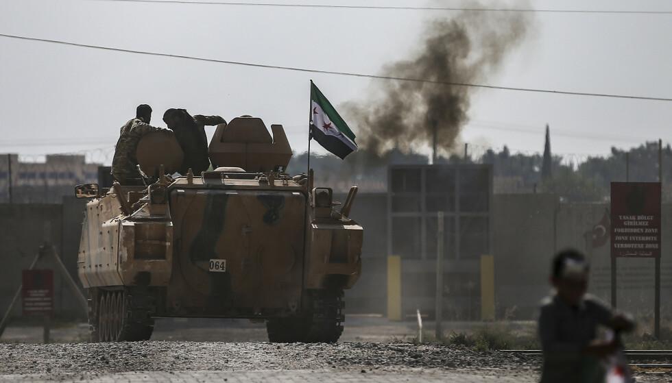 Tyrkiske regjeringsstyrker og tyrkiskstøttet milits har i over en uke forsøkt å innta den syriske grensebyen Ras al-Ain. Kampene fortsetter til tross for våpenhvilen som ble kunngjort torsdag. Foto: AP / NTB scanpix
