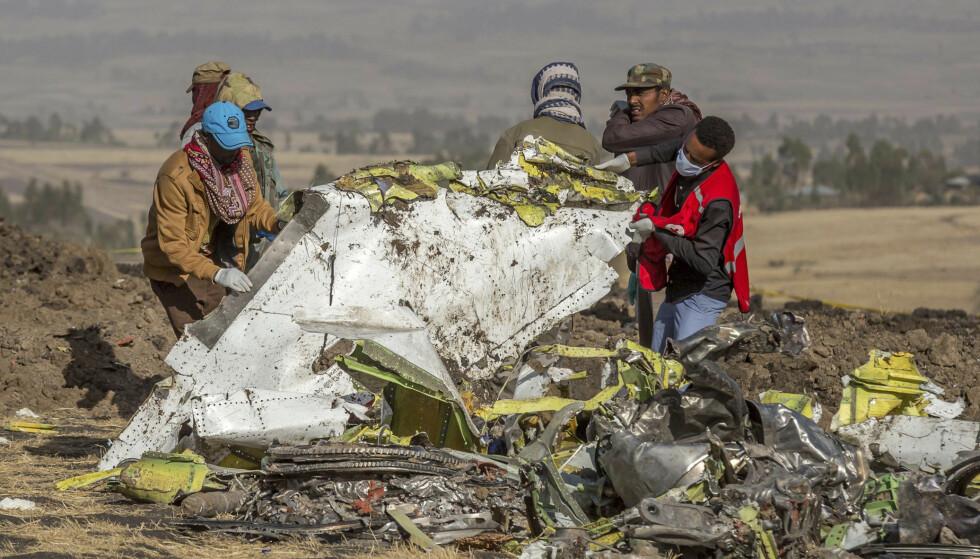 Hjelpemannskaper undersøker vrakrestene av Ethipean Airlines-flyet som styrtet i Etiopia. 157 mennesker omkom. Foto: AP Photo/Mulugeta Ayene.