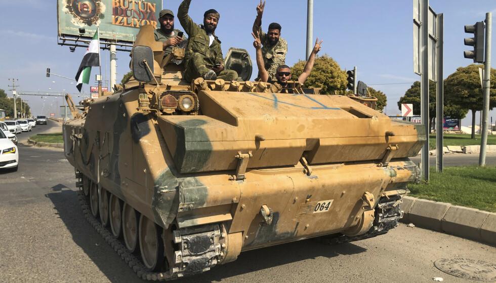 Tyrkiskstøttet milits har tatt kontroll over deler av det nordøstlige Syria de siste dagene. Disse militssoldatene krysset grensen fredag. Foto: AP / NTB scanpix