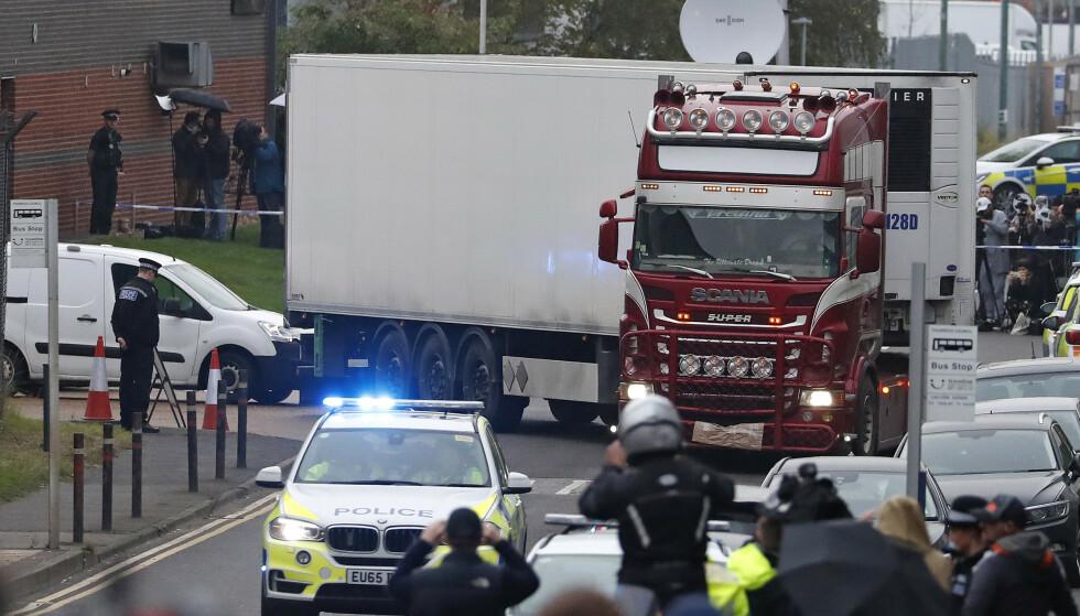 39 mennesker ble funnet døde inne i denne lastebilen som sto parkert på et industriområde utenfor London. Ifølge politiet kom den bulgarskregistrerte bilen til Storbritannia via Belgia. Identiteten til ofrene er ennå ikke kjent. Foto: AP / NTB scanpix