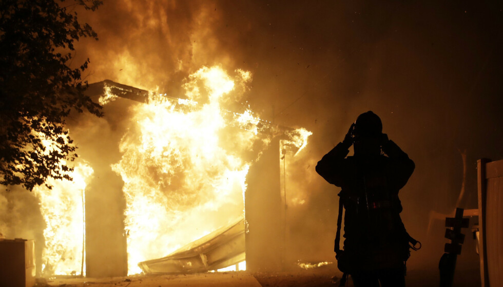 En brannmann forbereder seg på å bekjempe flammene i Santa Clarita i California. Foto: Marcio Jose Sanchez / AP / NTB scanpix