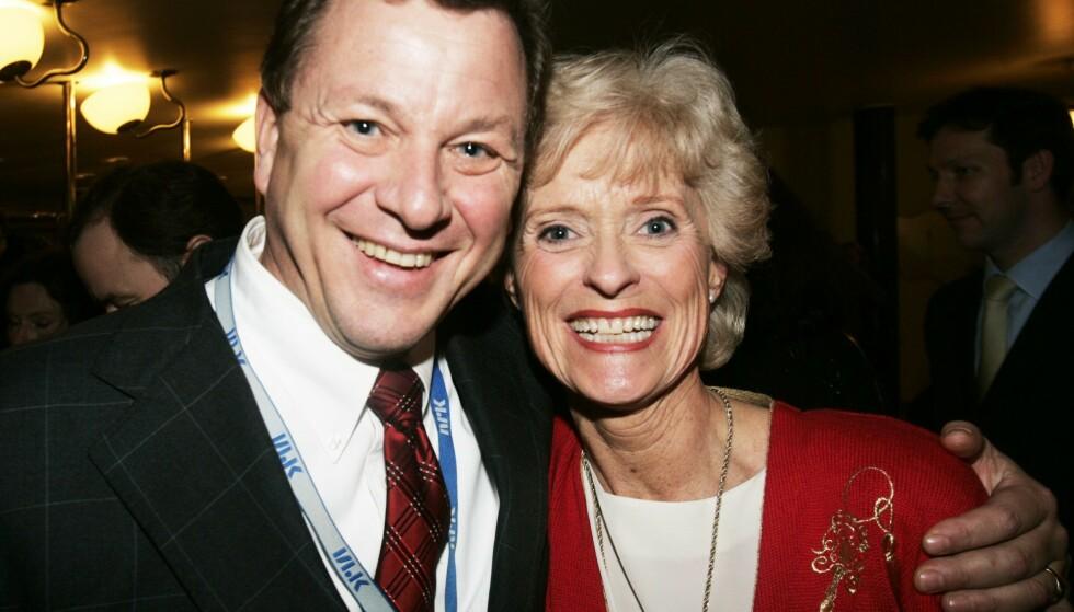NRKs tidligere kringkastingssjef John G Bernander sammen med Kristin Johnson i 2004. Foto. Terje Bendiksby / NTB scanpix.