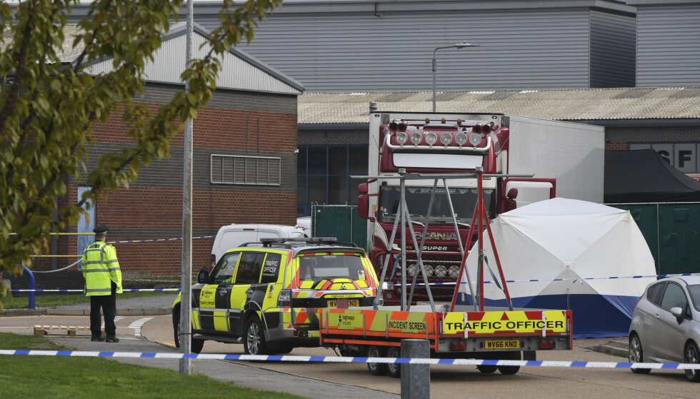 De antatte ofrenes familier sier til Sky News at lastebilen der 39 personer ble funnet døde i Essex i Storbritannia var del av en kolonne på tre kjøretøy fylt med migranter. Opplysningene er så langt ikke bekreftet fra annet hold. Foto: Stefan Rousseau / ASP / NTB scanpix