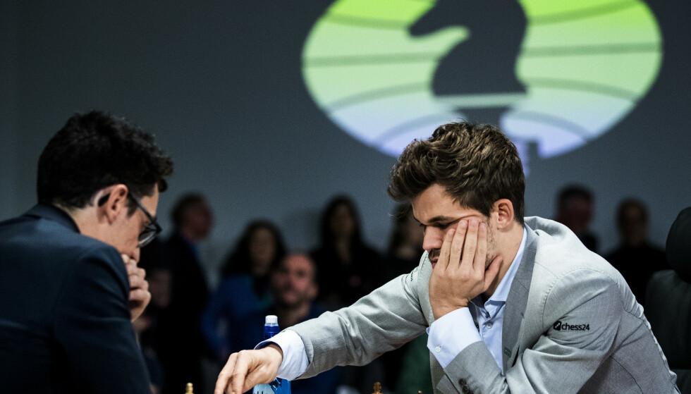 Magnus Carlsen og Fabiano Caruana (t.v.) i mandagens første kamp i VM i fischersjakk. Foto: Berit Roald / NTB scanpix.