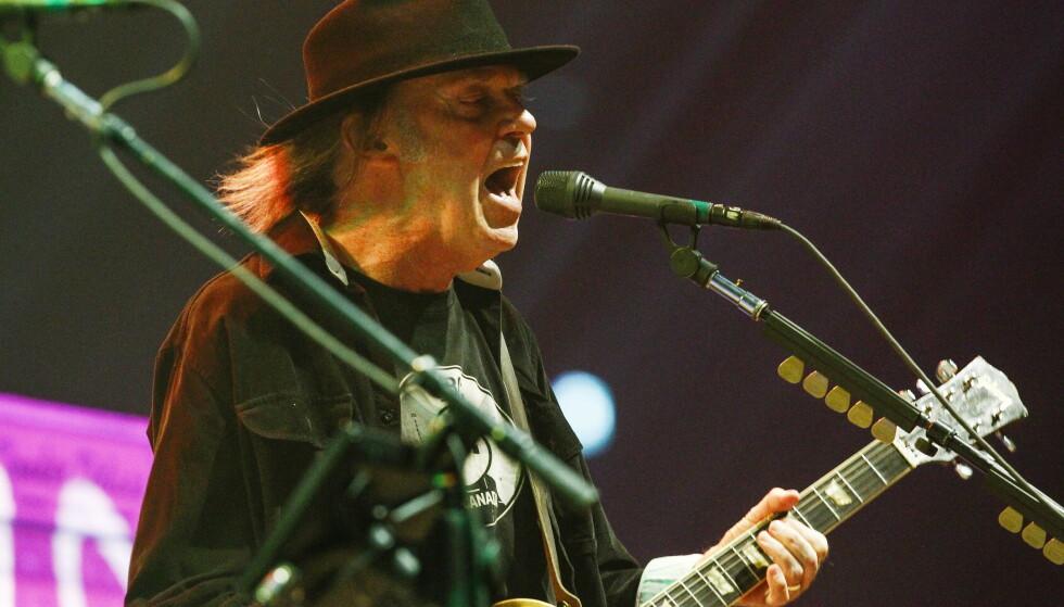 Artisten Neil Young med bandet Crazy Horse under konsert i Oslo i 2013. Nå vil den canadiske artisten ha dobbelt statsborgerskap for å kunne stemme mot Donald Trump under neste års valg i USA. Foto: Fredrik Varfjell / NTB scanpix
