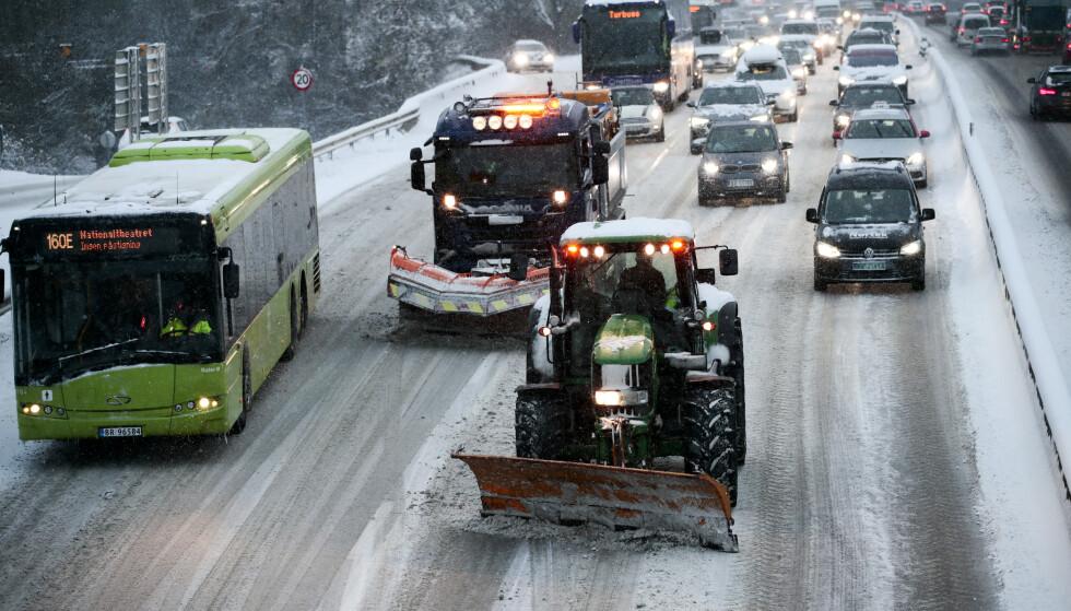 Snø skapte kaos på E18 ved Vækerø inn mot Oslo mandag morgen. Brøytemannskapene hadde problemer med å holde motorveien fri for snø. Foto: Lise Åserud / NTB scanpix