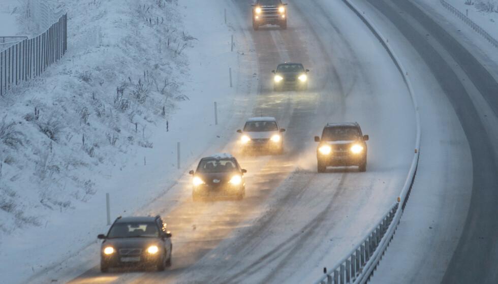 Politiet advarer om glatte veier flere steder i landet. Foto: Paul Kleiven / NTB scanpix