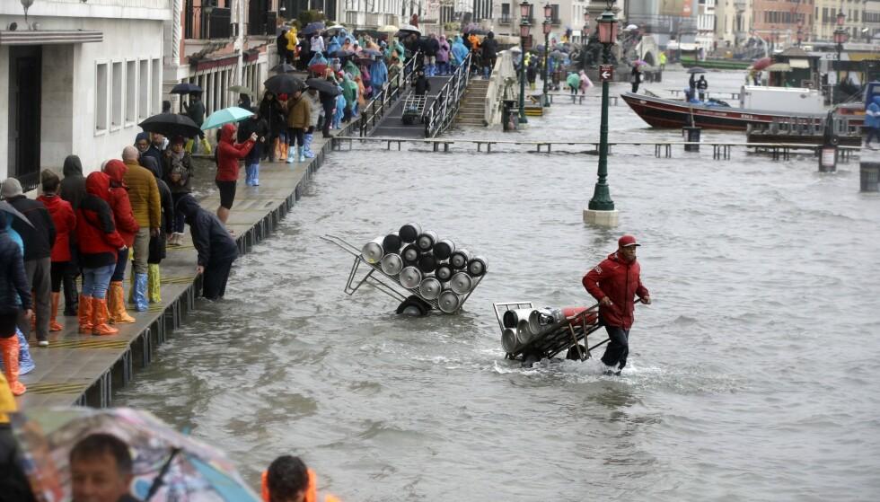 Havnivået steg med 1,87 meter i Venezia tirsdag. Foto: Luca Bruno / AP / NTB scanpix