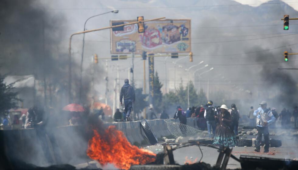 Tilhengere av den avgåtte presidenten Evo Morales brant dekk i El Alto i utkanten av Bolivias hovedstad La Paz tirsdag. Minst 30 mennesker er drept i voldshendelser i landet, etter det omstridte presidentvalget 20. oktober. Foto: AP / Natacha Pisarenko / NTB scanpix