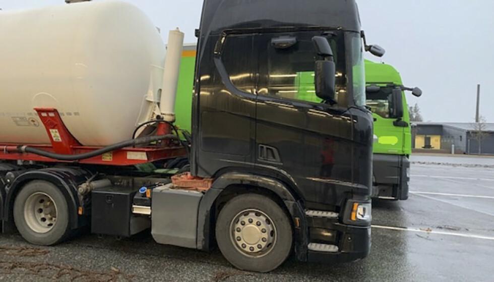 114 tunge kjøretøy fikk kjøreforbud i grensekontroller i Østfold denne uka. Under kontrollene så Statens vegvesen ekstra nøye på lastebilenes vinterutrustning. Foto: Statens vegvesen / NTB scanpix.