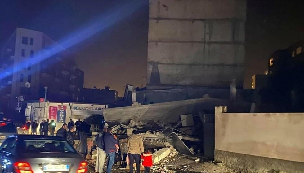 Jordskjelvet i Albania kunne merkes i et stort område og i flere land. Her ses ødeleggelser i kystbyen Durrës, vest i Albania. Foto: AP / NTB scanpix