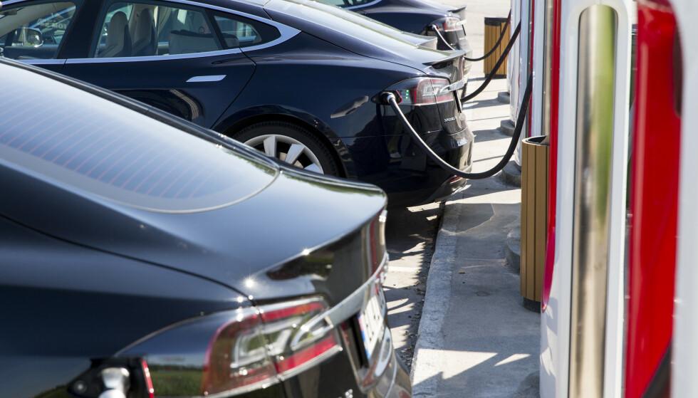 Stadig flere skaffer seg el- og hybridbiler. Som en konsekvens stuper salget av bensin- og diesel, viser nye tall. Illustrasjonsfoto: Tore Meek / NTB scanpix