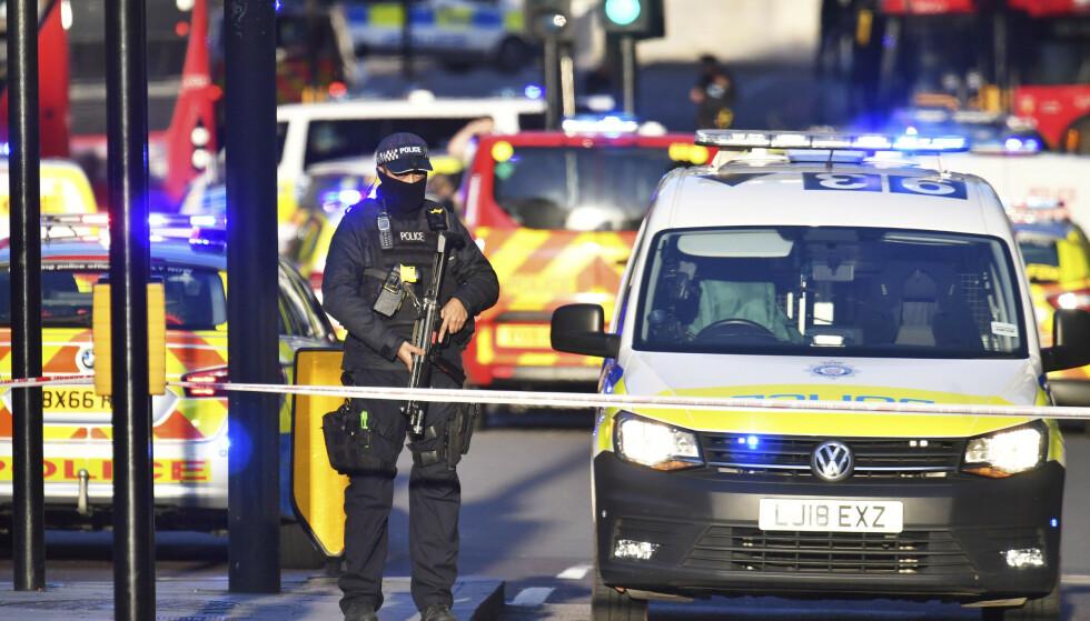 Store politistyrker rykket ut til London Bridge ved 14-tiden fredag. Hendelsen etterforskes som terror. Foto: Dominic Lipinski / PA via AP / NTB scanpix