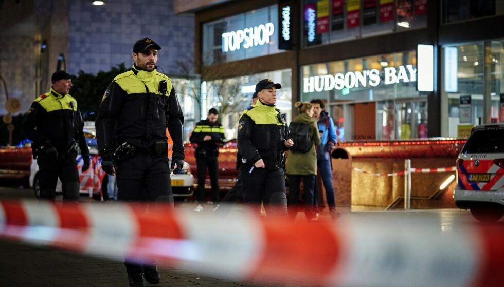 Nederlandsk politi sperret av handlegaten etter knivangrepet fredag kveld. Foto: AP / NTB scanpix