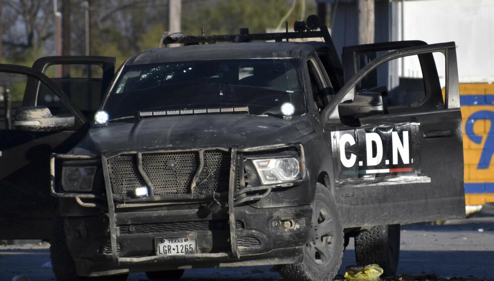 En pickup med initialene C.D.N. (Cártel del Noreste) sto igjen på en gate etter skuddvekslingen. Foto: AP / NTB scanpix