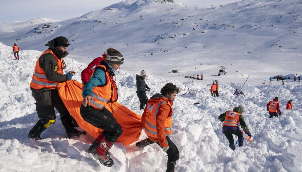 Det er utstedt rødt snøskredvarsel flere steder i Nord-Norge. Her fra et redningskurs i regi av Røde Kors på Finsefjellet i mars i år. Foto: Heiko Junge / NTB scanpix