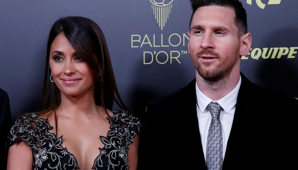 Argentina- og Barcelona-stjernen Lionel Messi vant mandag sin sjette Ballon d'Or. Her med kona Antonella Roccuzzo. Foto: NTB scanpix / REUTERS/Christian Hartmann