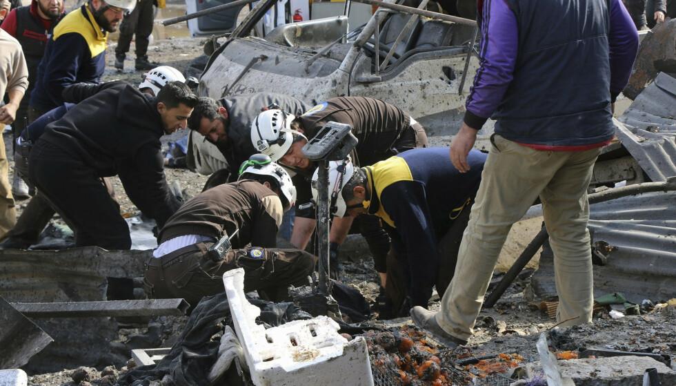 Hjelpearbeidere fra Hvite hjelmer driver redningsarbeid etter at et marked i byen Maaret al-Numan i Idlib-provinsen ble rammede av et luftangrep. Foto: Hvite hjelmer via AP / NTB scanpix