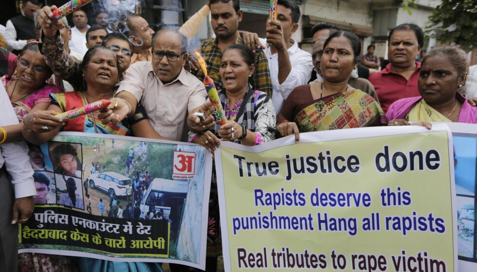 Indiske kvinner i det sørlige Shadnagar demonstrerte i protest og støtte til politiet som fredag skjøt og drepte fire menn. Mennene hadde erkjent gruppevoldtekt og ildspåsettelse av en 27 år gammel kvinne som døde av skadene. Fredag kveld døde en annen kvinne som ble satt fyr på da hun skulle i et rettsmøte mot to menn hun hadde anmeldt for voldtekt. Foto: Ajit Solanki / AP / NTB scanpix.