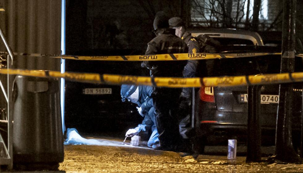 Mannen i 30-årene som ble skutt i Ila i Trondheim torsdag kveld, ligger på St. Olavs hospital og er ikke kritisk skadd. Her er politiet i arbeid på åstedet. Foto: Ned Alley / NTB scanpix
