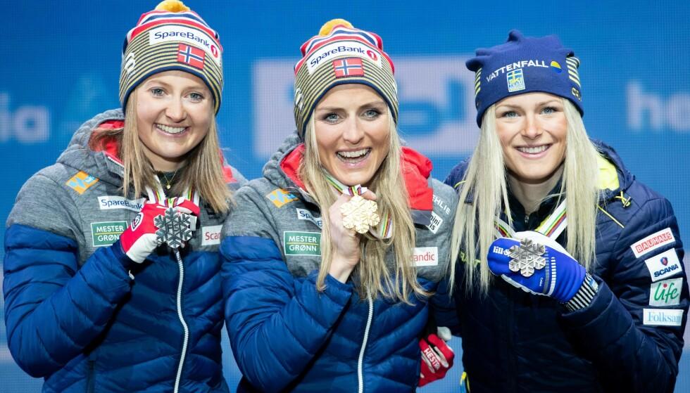Ingvild Flugstad Østberg (fv), Therese Johaug og svenske Frida Karlsson jubler under medaljesermoni for 30 km fellesstart fri teknikk i ski-VM i Seefeld. Foto: Tore Meek / NTB scanpix.