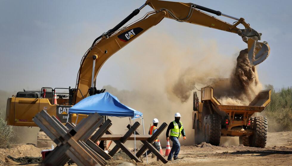 Arbeidet med å bygge muren langs grensa til Mexico er i gang. En del prosjekter blir nå stoppet, som følge en kjennelse fra en domstol i El Paso. Foto: AP / NTB scanpix