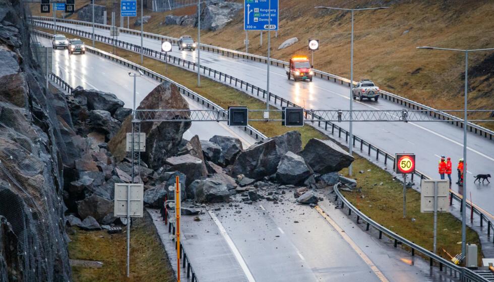 Store steinmasser sperrer E18 ved Bommestad i Larvik sent fredag kveld. Foto: Alexander Vestrum / NTB scanpix