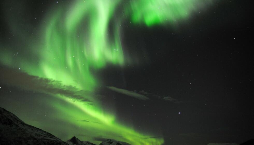 Den magnetiske nordpolen forflytter seg i rekordfart. Det er dårlig nytt for canadiere som vil se nordlys og ikke minst for en rekke navigasjonssystemer. Nordlyset på dette bildet er fra Skulsfjord utenfor Tromsø. Foto: Rune Stoltz Bertinussen / NTB scanpix.
