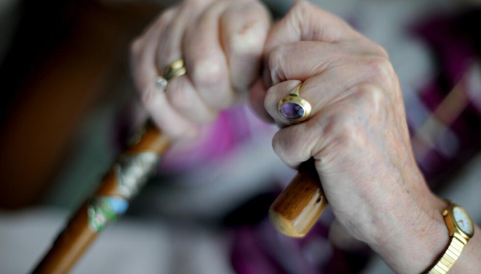 Stadig flere benytter seg av pleiepengeordningen for å pleie nærstående ved livets slutt hjemme. De fleste pleier egne foreldre eller ektefelle og samboer. Illustrasjonsfoto: Frank May / NTB scanpix.