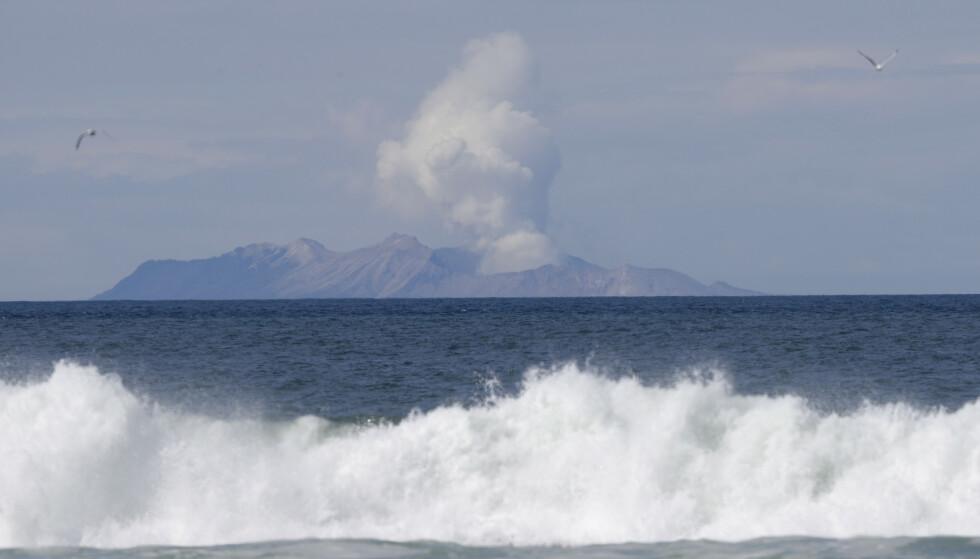 To personer er fremdeles savnet etter vulkanutbruddet på White Island i New Zealand 9. desember. Politiet mener de er ført til havs. Foto: Mark Baker / AP / NTB scanpix