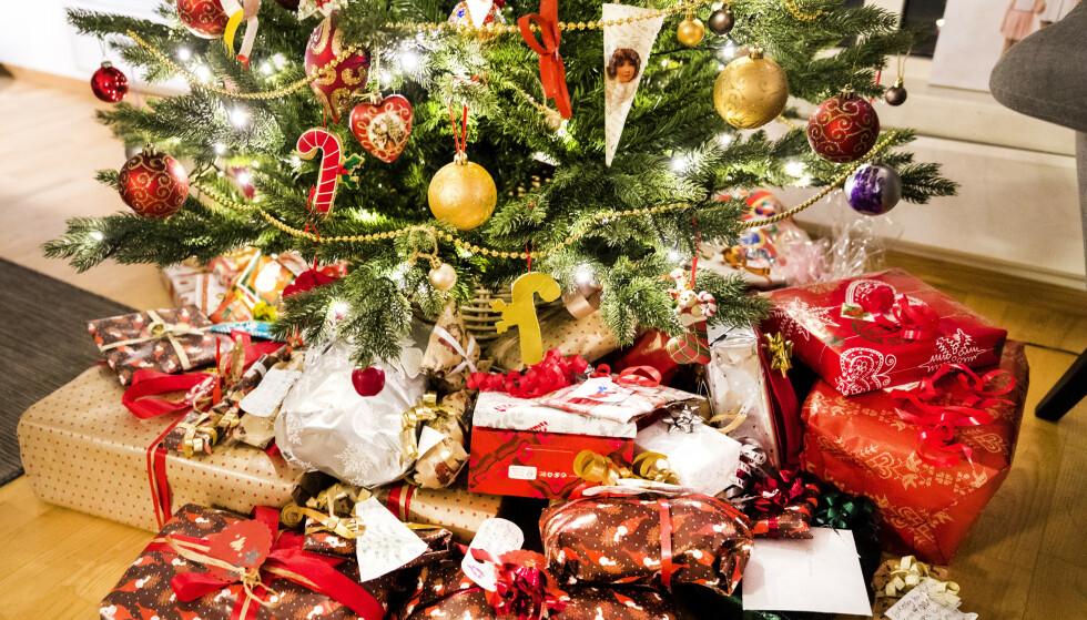 Det er stor sjanse for å få smartklokke til jul hvis man ser på importtallene for oktober og november, uttaler SSB. Illustrasjonsbilde av pakker under et juletre Foto: Gorm Kallestad / NTB scanpix