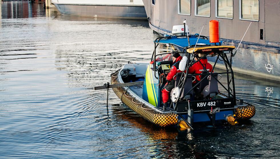 Heller ikke fredag ble det gjort funn under søkene i vannet ved Skeppsbron etter en 43 år gammel, norsk kvinne som har vært savnet siden julaften. Foto: Anders Bjurö/TT / NTB scanpix.