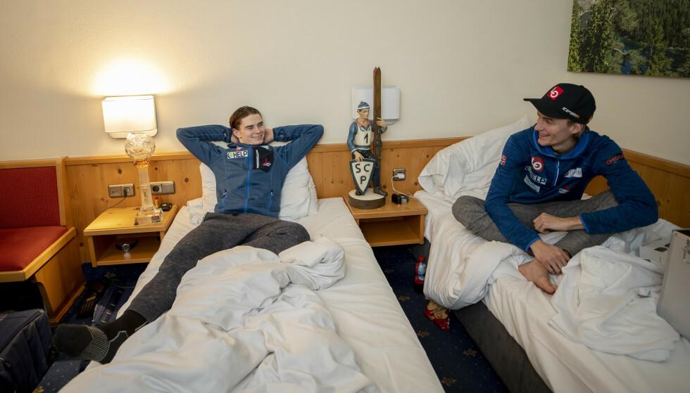 Marius Lindvik la seg med trofeene på nattbordet. Foto: Geir Olsen / NTB scanpix