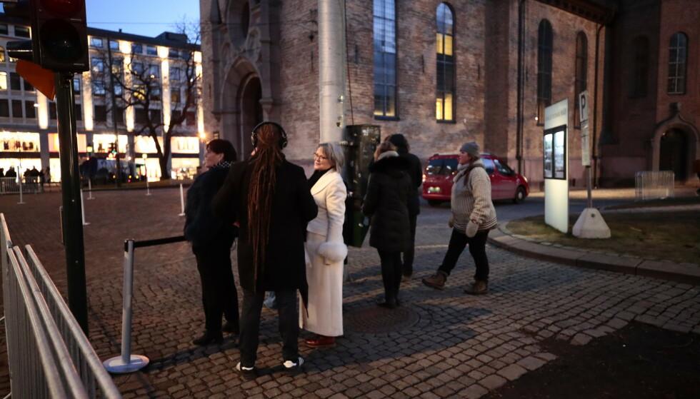 Allerede tidlig fredag morgen var det frammøtte som ventet foran sperringene før bisettelsen av Ari Behn i Oslo domkirke. Bildet er tatt litt før klokka 9. En time senere var det rundt 30 personer i køen. Foto: Lise Åserud / NTB scanpix.
