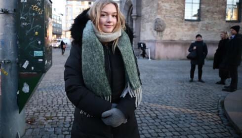 15 år gamle Lava Stjern Schjølberg fra Røros har sammen med sin mor kommet ens ærend til Oslo for å være til stede under bisettelsen av Ari Behn i Oslo domkirke. Foto: Lise Åserud / NTB scanpix