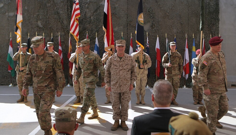 Iraks folkevalgte krever at landets regjering må kaste ut den USA-ledede militærkoalisjonen som er i landet. Dette bildet fra september viser amerikansk befal under en seremoni på en militærbase i Bagdad. Foto: AP / NTB scanpix