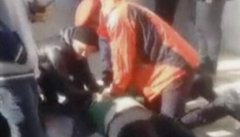Bilder og videoer lagt ut i sosiale medier viser kaotiske tilstander i gravfølget der det blir gitt førstehjelp og forsøkt gjenoppliving på flere mennesker, mens pårørende gråtende ser på. Foto: AP / NTB scanpix