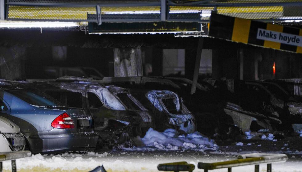 Det er farlig å gå inn i det fem etasjer høye bygget, der det sto 1.611 biler da brannen brøt ut. Det er anslått at 200 til 300 av disse er brannskadd. Foto: Jan Kåre Ness / NTB scanpix.
