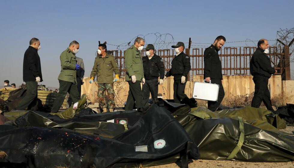 Iransk sikkerhetspersonell jobber på stedet der et ukrainsk Boeing-fly styrtet onsdag. Foto: Ebrahim Noroozi / AP / NTB scanpix