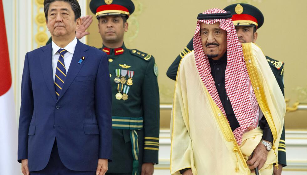 Japans statsminister Shinzo Abe blir mottatt av kong Salman i Riyadh i Saudi-Arabia søndag. Foto: Saudi Royal Palace via AP / NTB scanpix