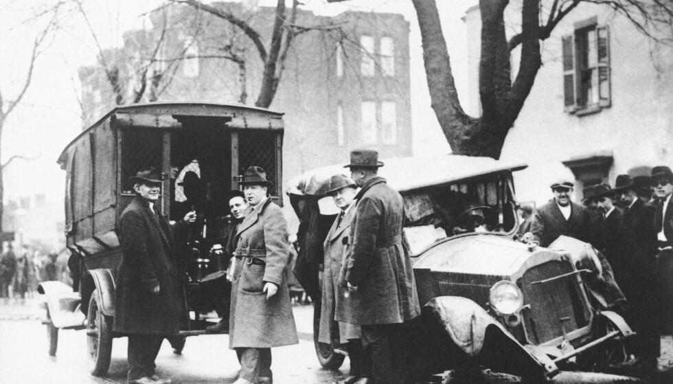 Et kjøretøy med konfiskert hjemmebrent ved siden av spritselgernes ødelagte bil fotografert i Washington 23. januar 1922. Arkivfoto: AP / NTB scanpix